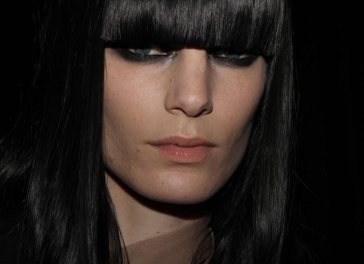 chez lanvin on adopte la m che le cheveu noir et le smokey eyes vivi b. Black Bedroom Furniture Sets. Home Design Ideas