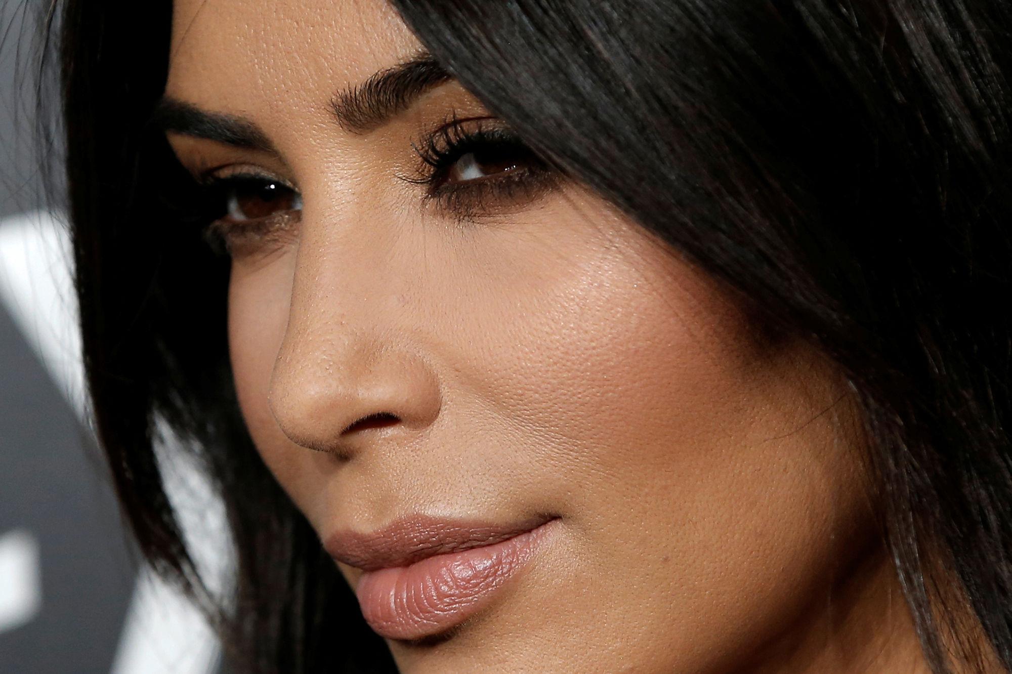 Les noms de Kim Kardashian et Kanye West tatoués sur la jambe ? Un fan l'a fait!